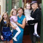s partnerkou (herečkou) Bárou Kodetovou a jejich dcerami Lily, Viloletou a Sophií